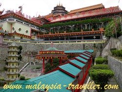 Covered walkways leading to the main Kek Lok Si Temple.